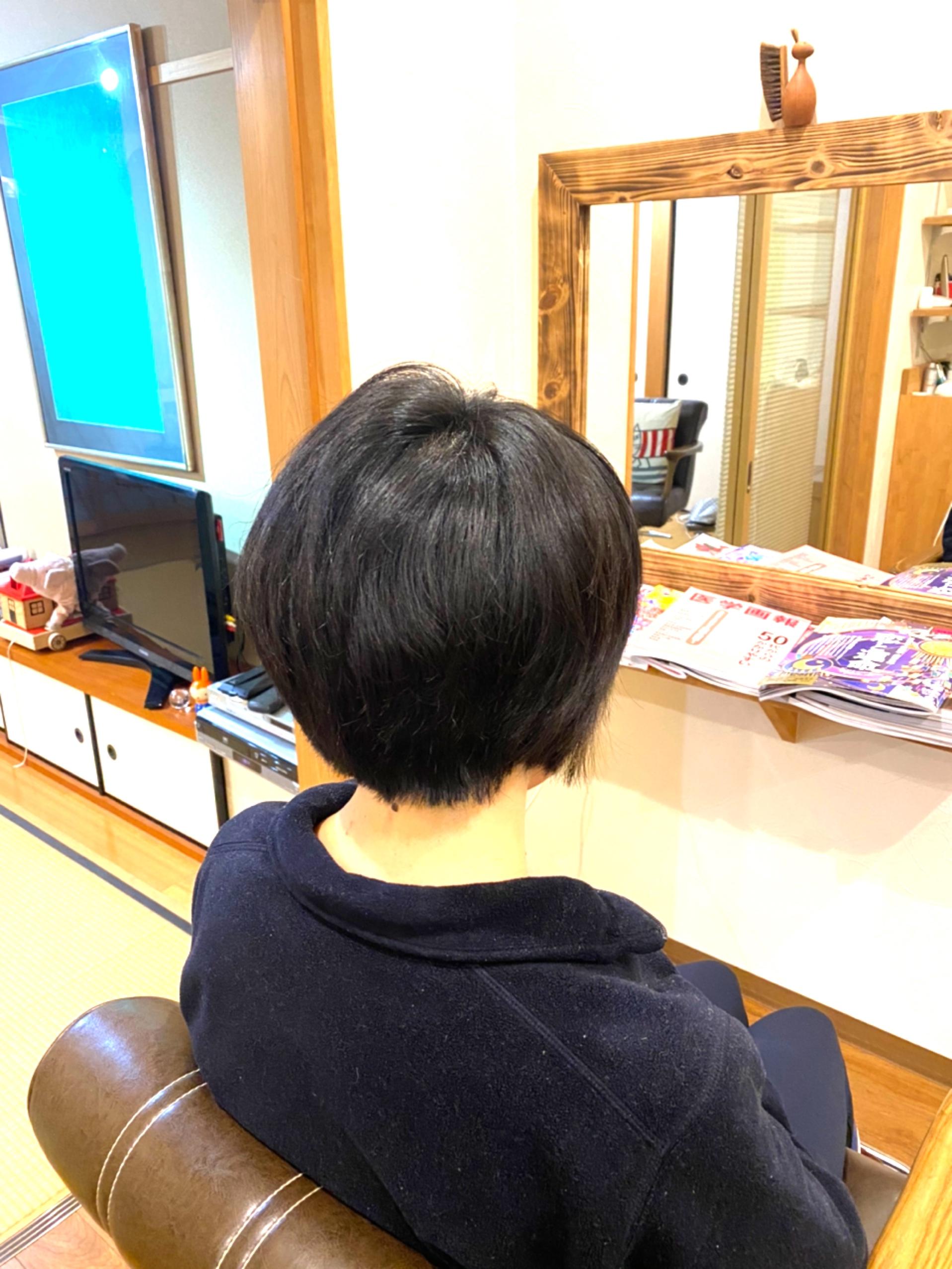 大きくはねる髪
